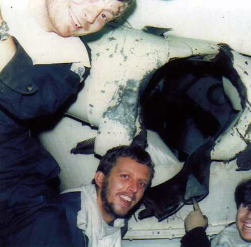 11 quien Tripulantes del destructor HMS Glasgow indican la perforación producida por la bomba de 1000lb Mk-17