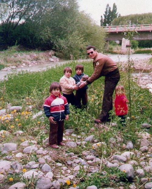 19 MARTIN, GUILLERMO, WALTER, ROXANA CON PAPA EN EL CALAFATE. 1981