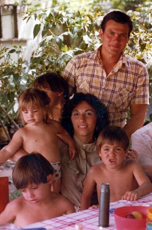 21 1798107_10204149911814517_389634554054933085_nENERO 1982- RIO IV- DE PASO CON DESTINO A BS. AS. ( AL G.O.E.) ULTIMA FOTO DE LA FLIA CASTAGNARI CON PAPI