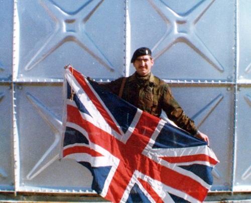 64 Aeropuerto Malvinas 2 de abril El Cabo Manuel Cordoba posando con la bandera britanica