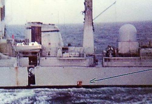 7 quien perforación sobre el destructor Clase 42 HMS Glasgow bomba de 1000lb sobre su línea de flotación