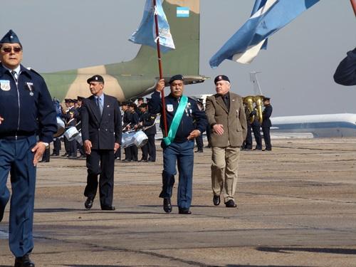 93 De izquierda a derecha Suboficial Mayor Juan Chiantore Con el estandarte del GOE Drupi Y el Subficial Mayot Rodolfo Villaverde todos del GOE