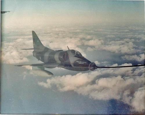 C-321 al mando del Primer Teniente Ureta,rebasteciéndose desde el TC-70 al regreso del ataque  Invincible