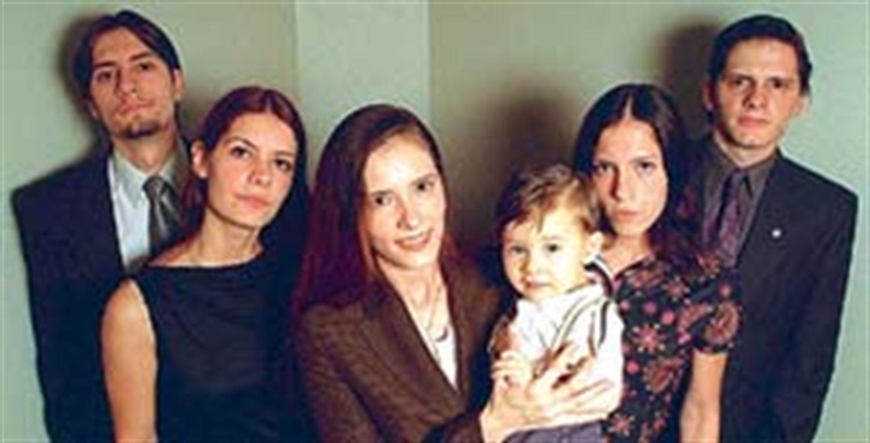 De izq. a der Eduardo María de los Angeles María Alejandra y su hijo Franco María Belén y Juan José Foto Maxie Amena