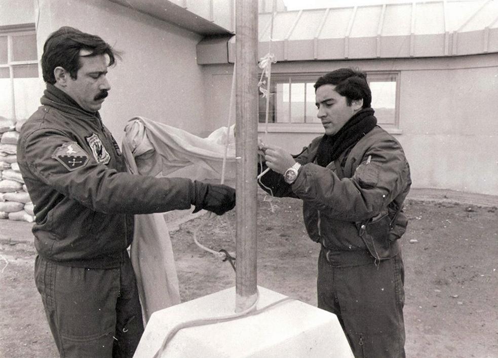 PRIMER TENIENTE URETA Y EL ALFÉREZ GERARDO ISAAC, REALIZAN LA CEREMONIA DE ARRÍO DEL PABELLÓN NACIONAL A SU REGRESO EL 30 DE MAYO DE 1982