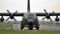 """20 de mayo de 1982: El Hércules TC-64 indicativo """"Pato"""" lanza contenedores A-22 a los efectivos del regimiento 8 establecidos en Bahía Fox. Su tripulación: […]"""